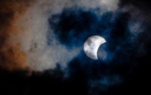 562447-l-eclipse-solaire-vue-de-l-ile-de-tenerife-aux-canaries-le-3-novembre-2013